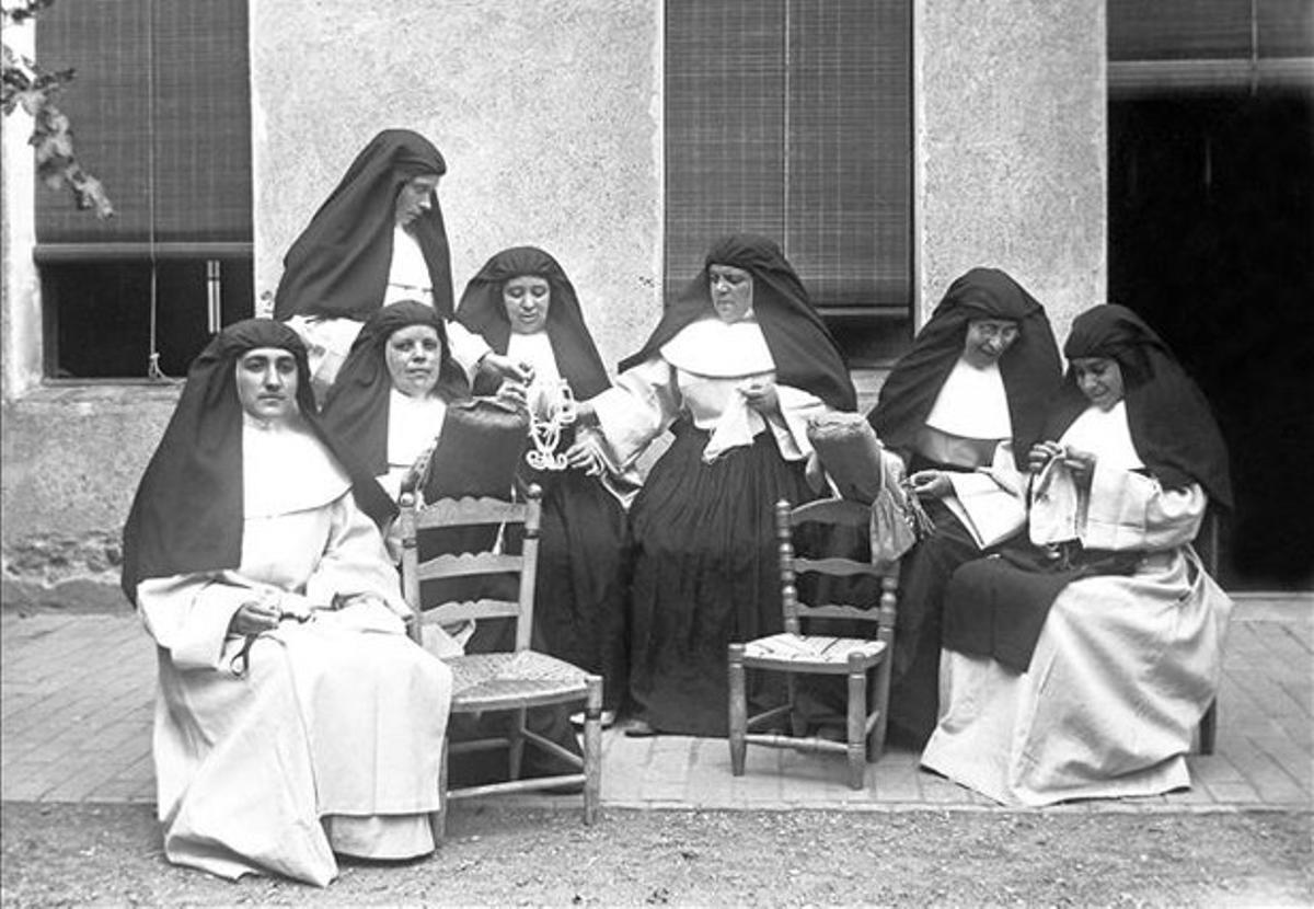Siete monjas en un convento sin identificar.