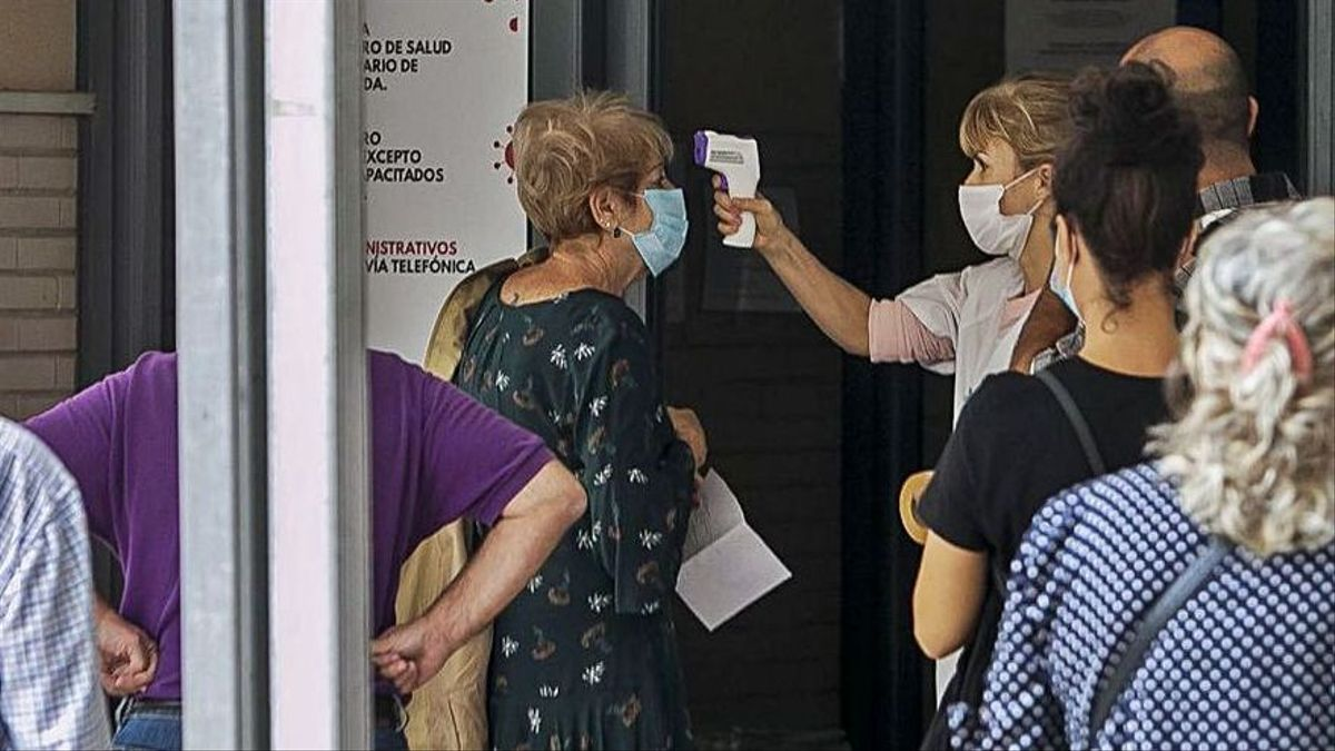 Las puertas de un centro de salud, donde se toma la temperatura a los pacientes.