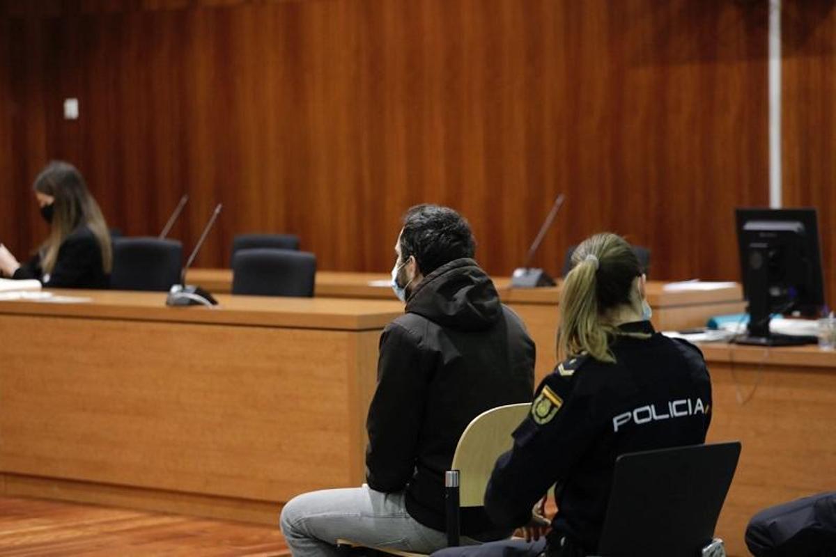 El acusado, en el banquillo de la Audiencia de Zaragoza, este lunes por la mañana.