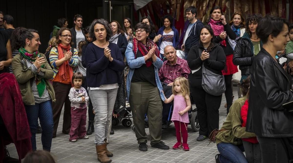 Protesta de familias que se han quedado sin plaza en el colegio solicitado ante el colegio Els Encants de Barcelona, el viernes pasado.