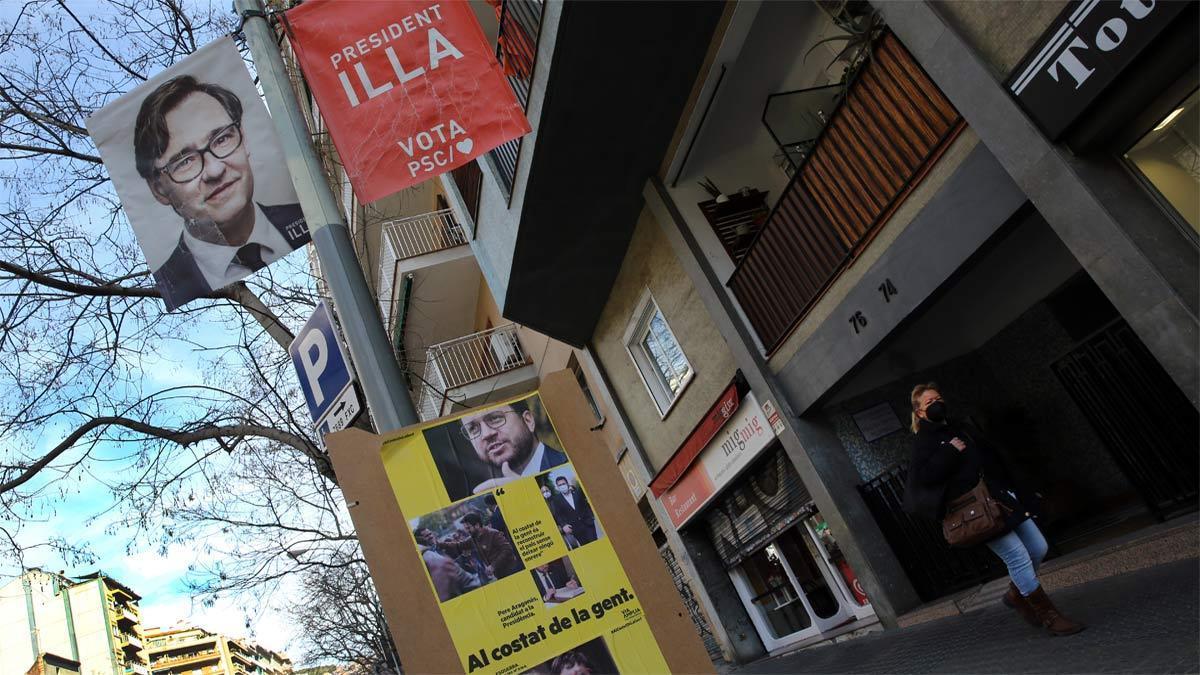 Carteles del PSC y ERC para las elecciones catalanas del 14 de febrero, en una calle de Barcelona.
