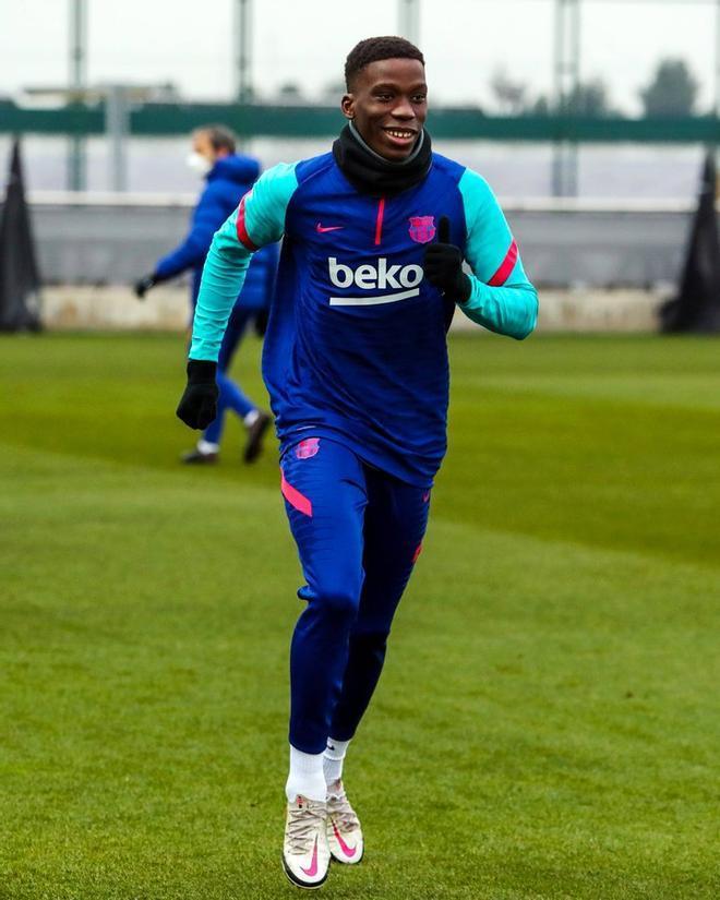 Ilaix Moriba, en un entrenamiento con el primer equipo del Barça.