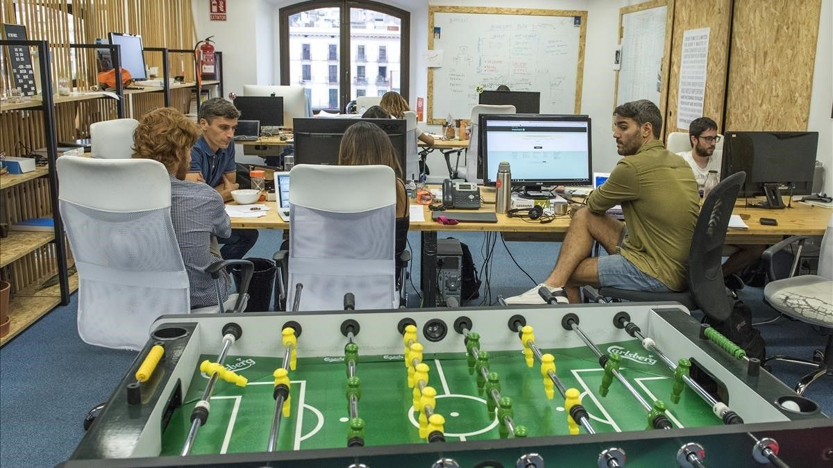 Un aspecto de la sede de Byhours, con el futbolín en primer plano.