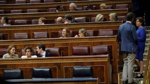 El presidente del Partido Popular, Pablo Casado , y las diputadas y exministras Dolores de Cospedal y Dolors Montserrat, en el Congreso de los Diputados.