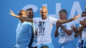 Guardiola s'ho passa pipa a la festa de celebració del City