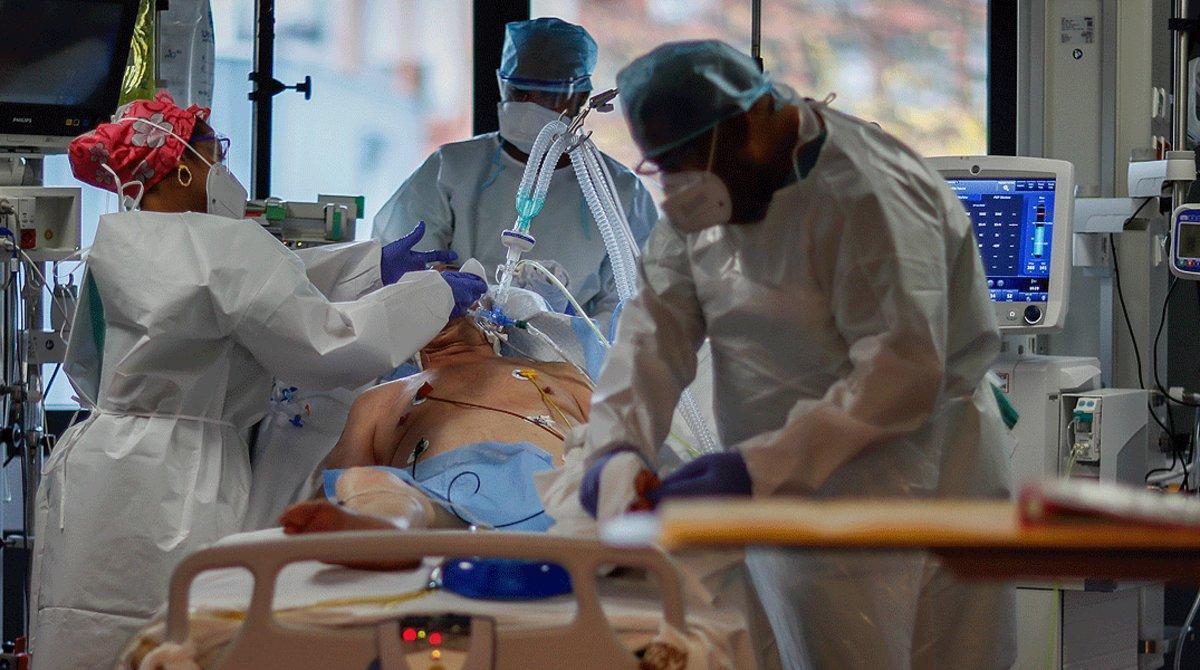 Un paciente con covid es atendido en la uci de un hospital de París, el pasado 17 de noviembre.