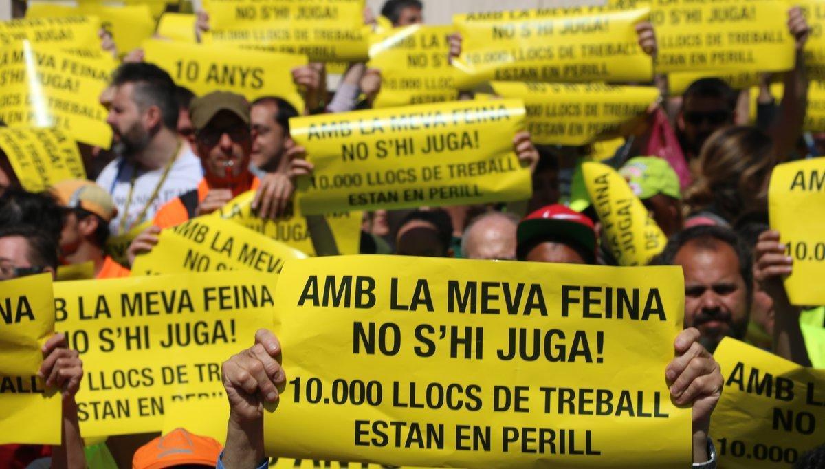 Protesta de los trabajadores de los centros especiales de empleo, dedicados a la inserción laboral de las personas con discapacidad, frente a la sede de la 'conselleria' de Treball de la Generalitat.