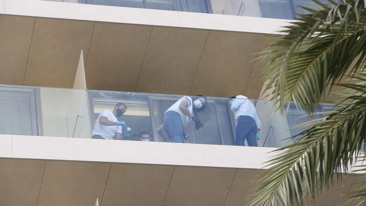 Fallecen dos jóvenes de 22 y 26 años tras precipitarse desde un hotel de la Platja d'en Bossa, en Ibiza.