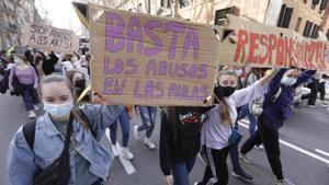 Los estudiantes de artes escénicas del IT han mantenido hoy la huelga. Como ya hicieron el jueves, han vuelto  a manifestarse por las calles de Barcelona con el apoyo de alumnos de otros centros artísticos.