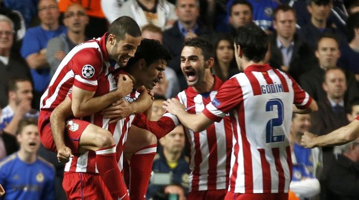 Mario Suárez, Adrián y Godín felicitan a Costa después del gol de penalti.