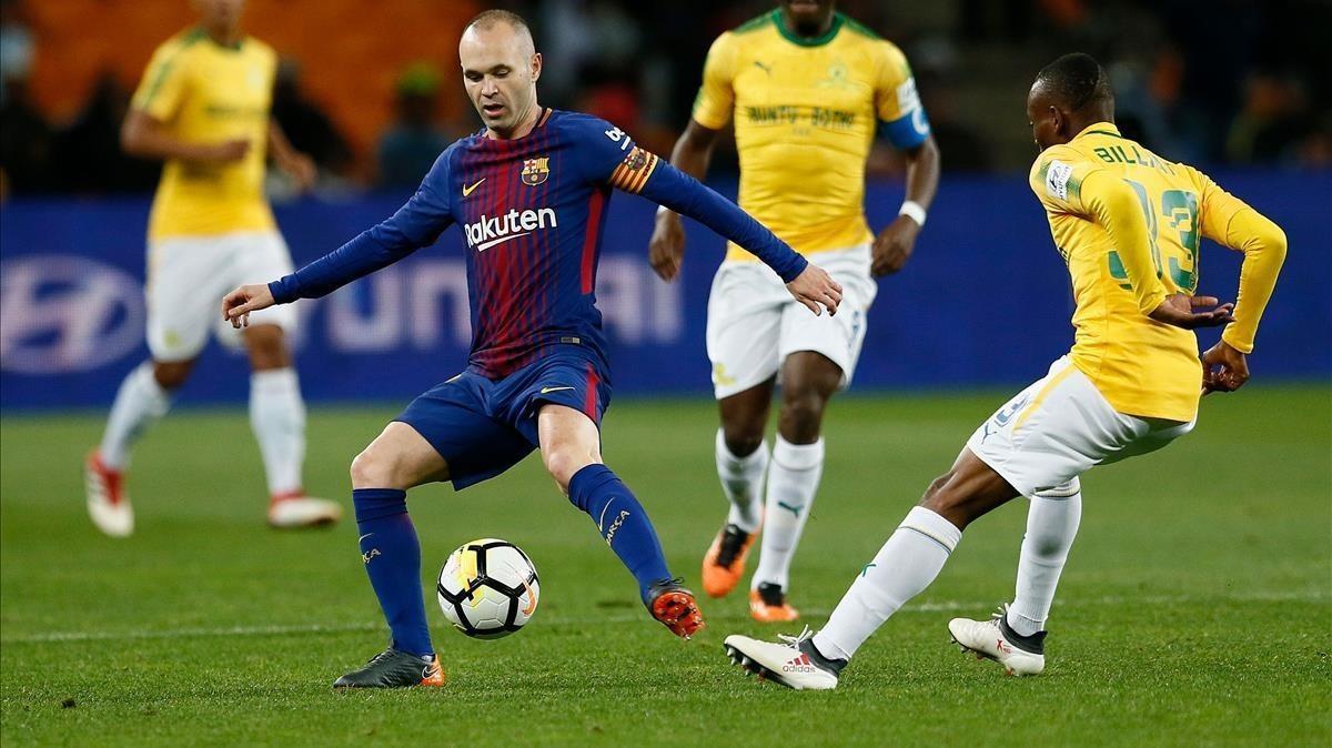 Iniesta evita al centrocampista Khama Billiat en el amistoso en Johannesburgo.