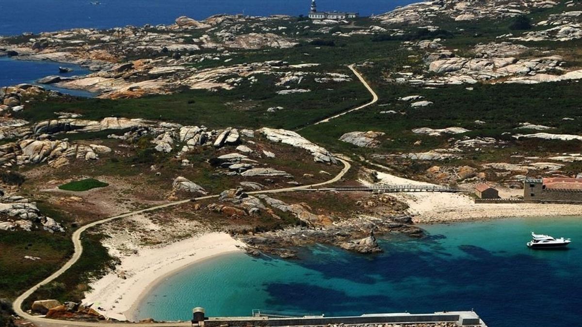 Una vista aérea de Salvora en la que se aprecian el embarcadero, su playa, el pazo y el faro.
