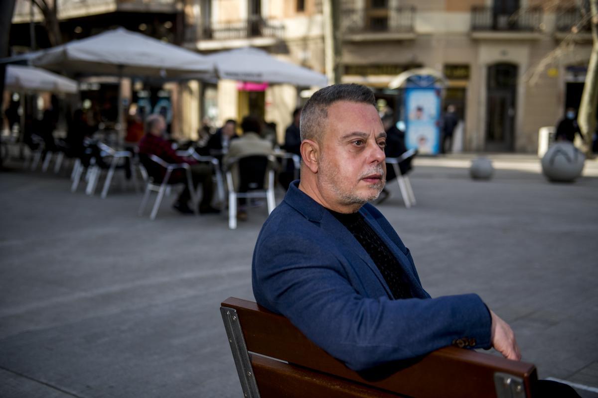 El escritor Toni Hill, este viernes en una terraza de Barcelona.
