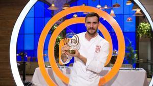 Saúl Craviotto, con el premio que le acredita como ganador de 'Masterchef celebrity 2'.