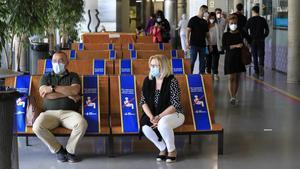 Sala de espera en el Hospital Infantil de Vall d'Hebron (Barcelona) donde se guarda la distancia de seguridad entre visitantes.
