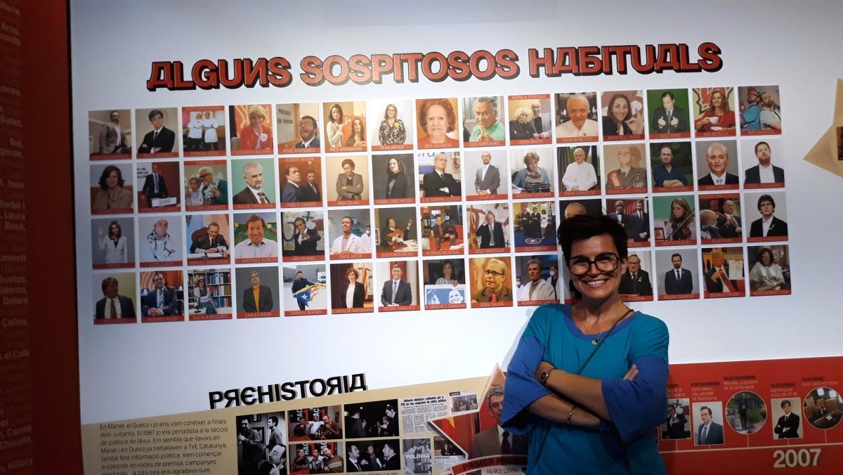 La actriz del 'Polònia', Agnès Busquets posa junto a las fotografías de algunos de sus personajes.