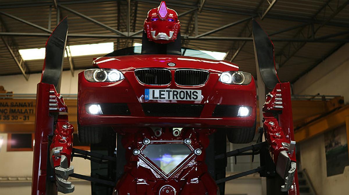 De BMW Serie 3 rojo a Transformer en pocos segundos: el sueño hecho realidad para muchos fans de la saga de ciencia ficción.