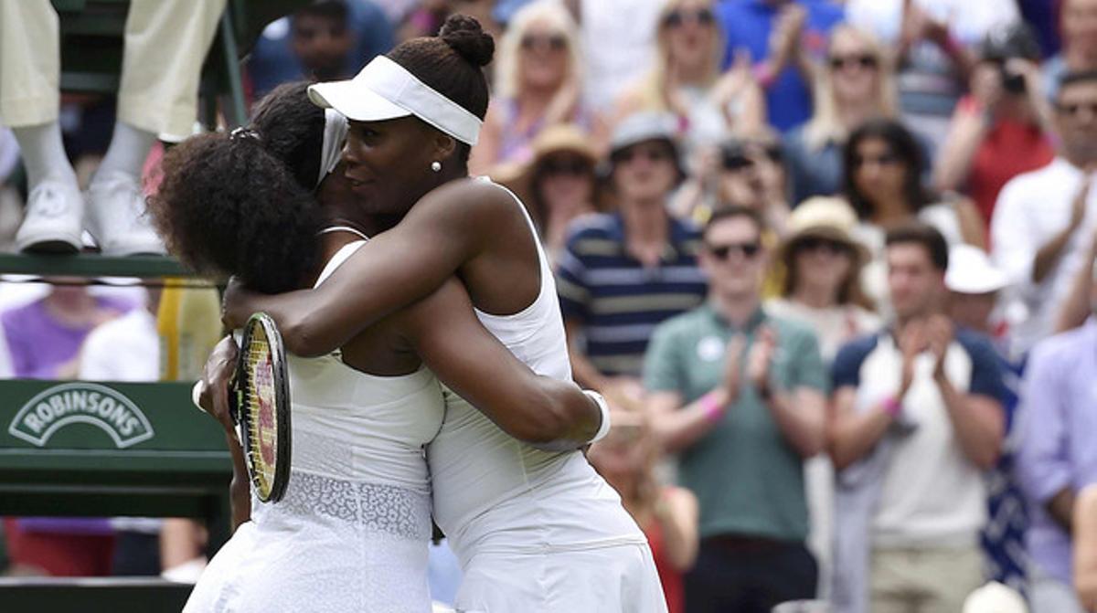 Serena (izquierda) y Venus Williams se abrazan tras el partido de octavos de final de Wimbledon, que ha acabado con victoria de la menor de las hermanas.