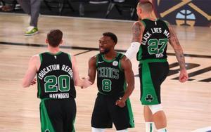 Jugadores de Boston Celtics celebran el triunfo en contra del Miami Heat.