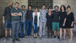 Oriol Broggi, el segundo por la izquierda, junto al equipo de actores y músicos de 'Bodas de sangre', enfrente del localde La Perla 29 en la Bibioteca de Catalunya.