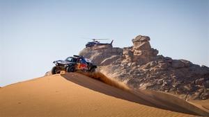 Carlos Sainz sortea una duna en Arabia Saudí.