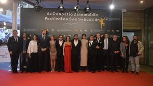 El equipo de 'El hombre de las mil caras' posa en la alfombra roja del festival de San Sebastián.