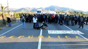 Los CDR cortanel tráfico en la N-340, en Alcanar, el pasado 27 de marzo, en protesta por la detención de Puigdemont.
