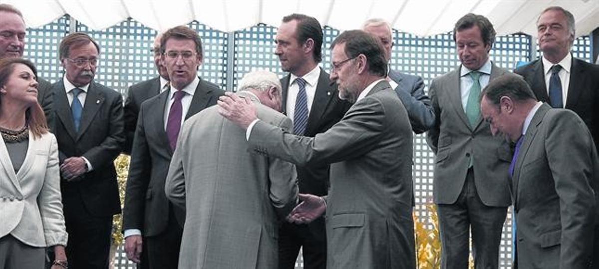 El jefe del Ejecutivo central, Mariano Rajoy, con dirigentes del partido y presidentes autonómicos, durante una comida celebrada en Madrid en mayo del 2013.