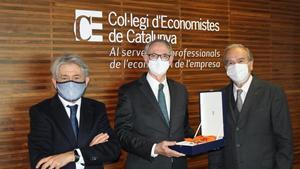 De izquiwerda a derecha, Pich, Costas y el decano del Col.legi d'Economistes de Catalunya, Anton Gasol.