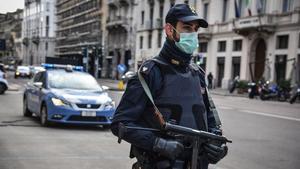 Un policía italiano monta guardia en Milán.