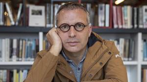 Girona 30 11 2020   Retrato de Salvador Marti  escritor del libro Politica y crisis en america latina   el el interior de la biblioteca Salvador Allende  Autor  David Aparicio