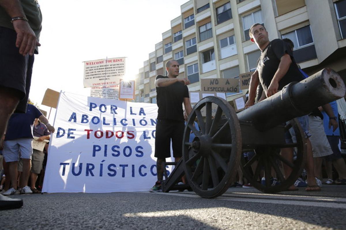 Los vecinos de la Barceloneta, en la plaza del Poeta Boscà, este sábado, juntándose para empezar la manifestación.