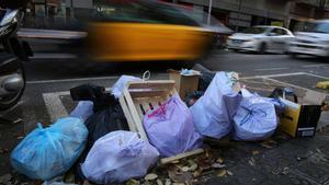 Bolsas de basura en la calle de Consell de Cent de Barcelona.