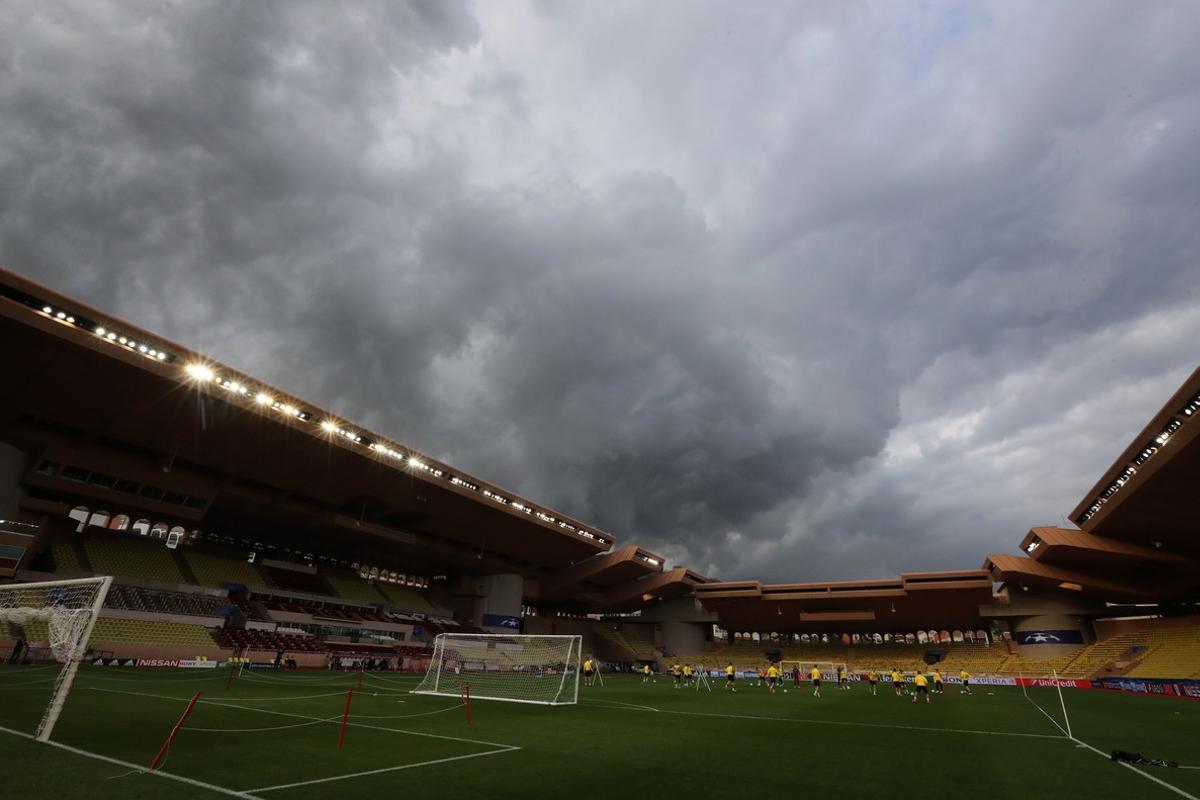 Los jugadores del Borussia Dortmund entrenan en el estadio Luis II de Mónaco.