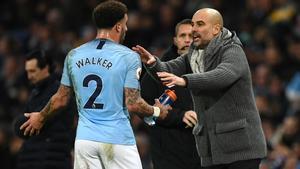 Guardiola da instrucciones a Walker durante un partido de la Premier.