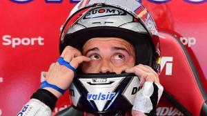 El italiano Andrea Dovizioso (Ducati), líder de MotoGP, se ajusta el casco.