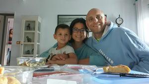 Alejandro Mur, de 5 años, con sus padres, Ramon Mur y Mireia Peralta, en el piso de Barcelona en el que pasaron dos noches con motivo de la intervención quirúrgica de su hijo.