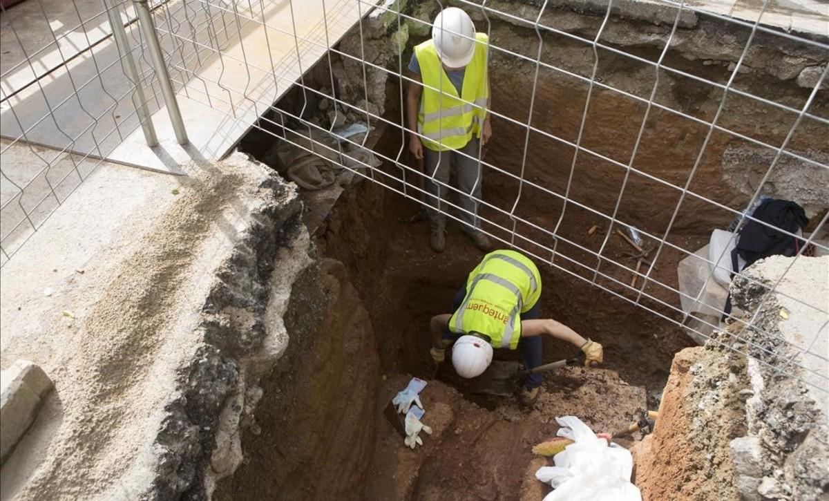 Vistas de las obras en la calle Clara Zetkin de Barcelona donde han encontrado un esqueleto de la época republicana romana, a casi dos metros de profundidad.