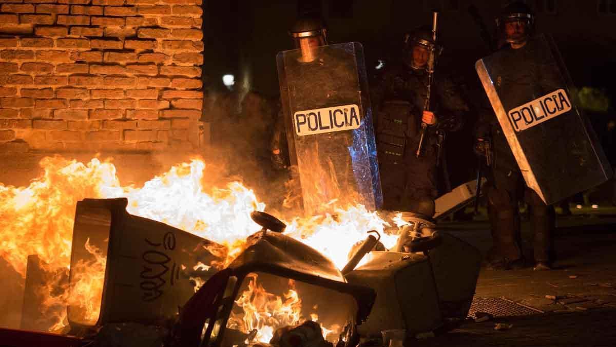 Seis personas de nacionalidad española han sido detenidas y diez policías nacionales han resultado heridos.