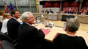 David Davis yMichel Barnier con sus respectivos equipos negociadores en Bruselas.