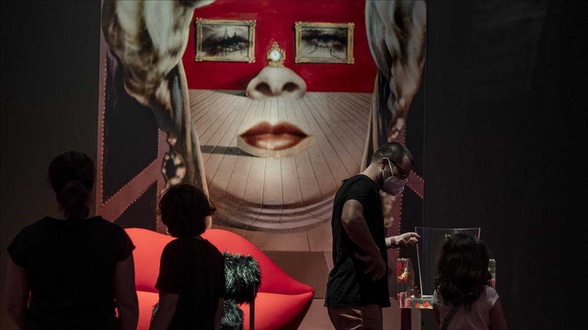 Vistantes en la exposición 'Objetos de deseo', en el CaixaFòrum.