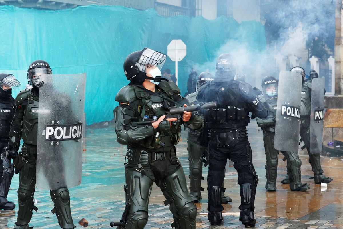 Miembros del ESMAD se enfrentan a manifestantes, el domingo en la plaza de Bolívar de Bogotá.