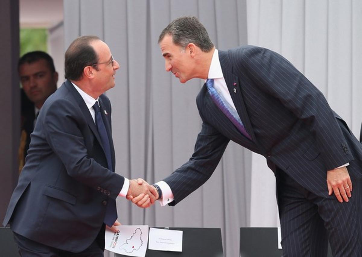 El rey Felipe VI saluda al presidente francés, François Hollande, en los actos de conmemoración del centenario del inicio de la primera guerra mundial, este lunes, en Lieja.