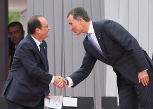 El rei Felip VI saluda el president francès, François Hollande, en els actes de commemoració del centenari de l'inici de la primera guerra mundial, aquest dilluns, a Lieja.