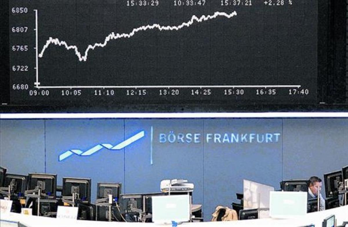 La subida de los índices se refleja en las pantallas de la Bolsa de Fráncfort, ayer.