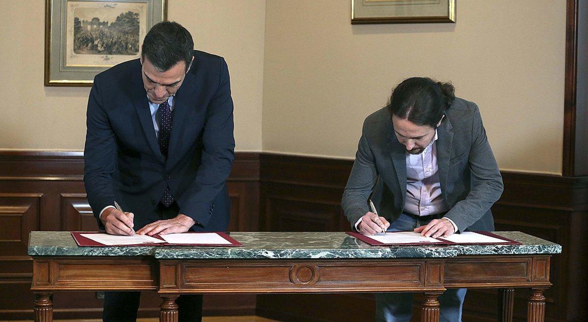 Pedro Sánchez y Pablo Iglesias en la firmadel preacuerdo de coalición, en noviembre del 2019.