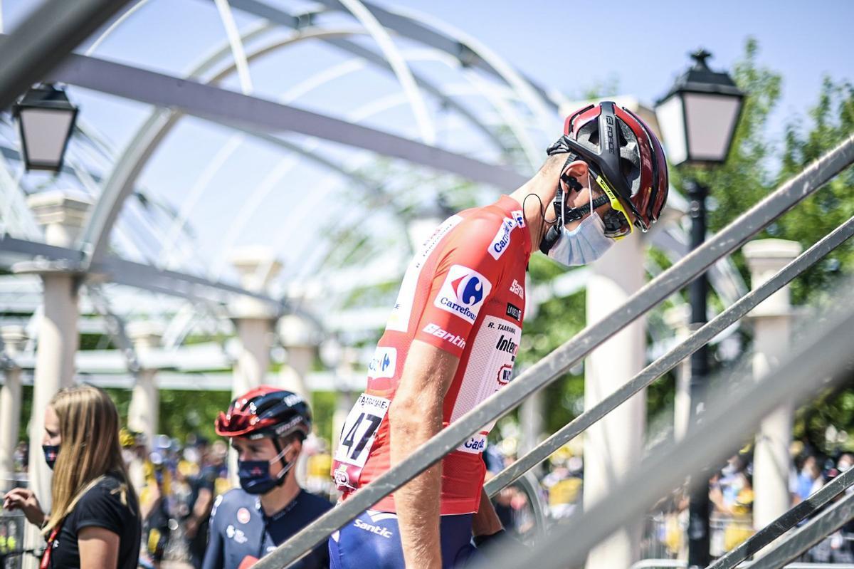 El líder, Rein Taaramäe, este miércoles, camino del control de firmas, protocolo previo a la salida de la quinta etapa de la Vuelta.