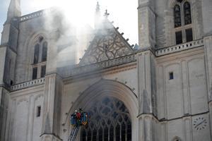 Los bomberos batallan contra el fuego en la catedral de Nantes.