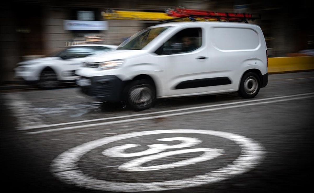 La ronda de Sant Antoni, con una señal en el suelo de límite de velocidad a 30 km/h.