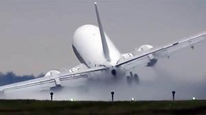 Espectacular aterratge d'un avió a Praga.